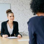 Deux femmes menant un entretien professionnel.