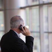 Un homme en tenue professionnelle au téléphone.