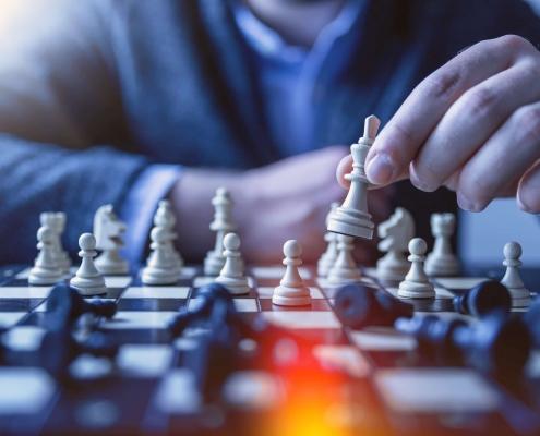 Une personne jouant aux échecs.