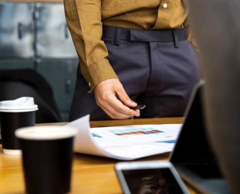 Un manager de projet devant son bureau.