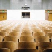 Une grande salle de réunion vide.