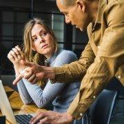 Un homme parlant avec agressivité à sa collègue de travail.