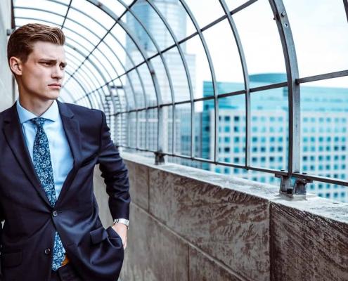 Un homme en tenue professionnelle